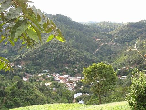 Murra ligger i en snæver dal omgivet af skovklædte skråninger.