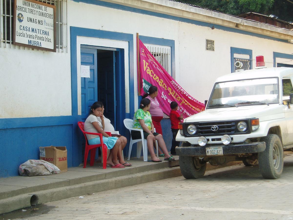 Gravide kvinder foran Casa Materna i Murra